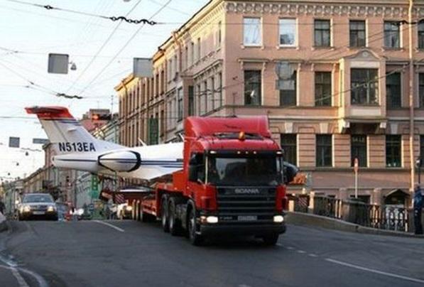 Как перевозят самолеты по земле?